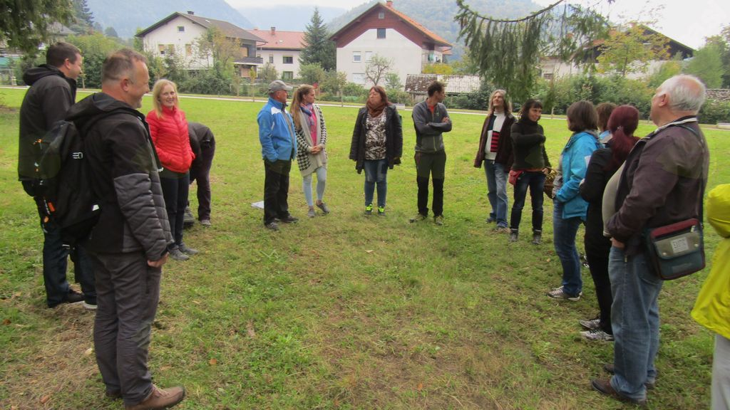 Praktične metode interprtacije narave so udeleženci spoznavali v grajskem parku
