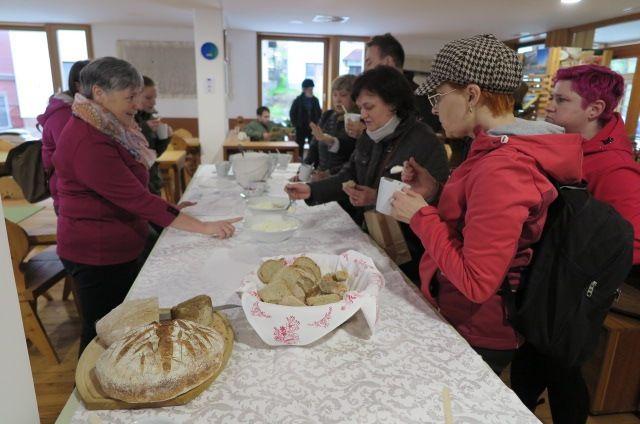 Okušanje solčavskega sireka v domu Rinka v Solčavi (foto Tina Vatovec).