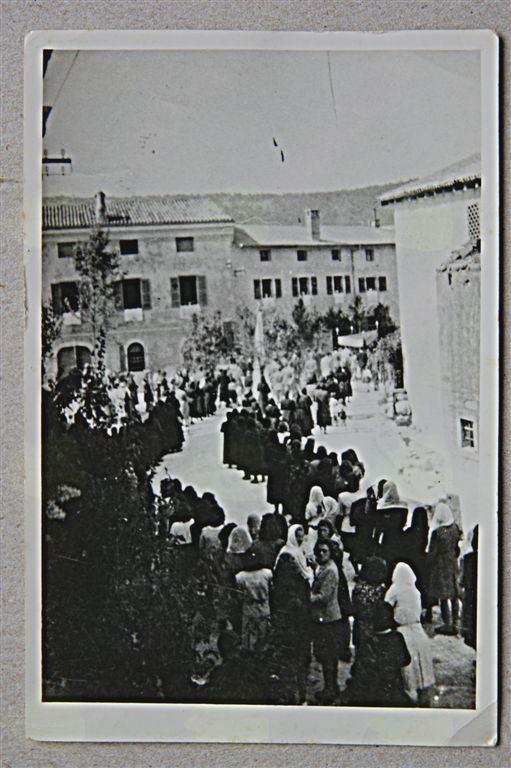 Procesija ob sv. Rešnjem telesu . Fotografija se je ohranila, ker jo je imela s sabo v Egiptu Sanda Ferletič.