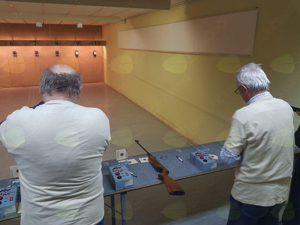 Tekmovanje upokojencev v streljanju z zračno puško vTrebnjem
