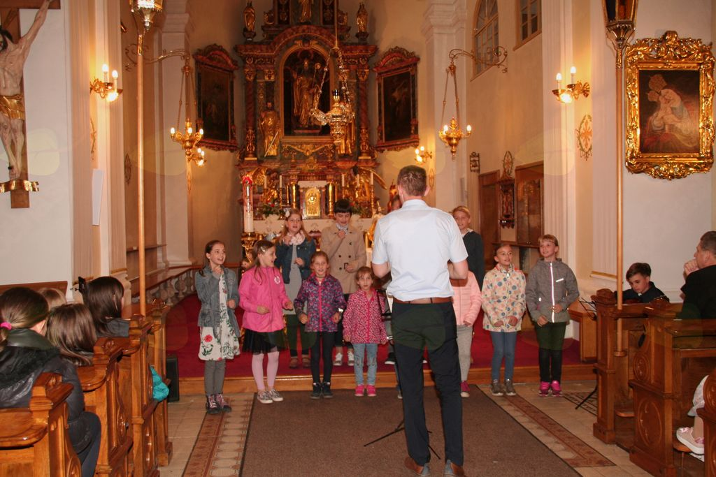 Revija otroških, mladinskih in družinskih pevskih zborov dekanije Domžale