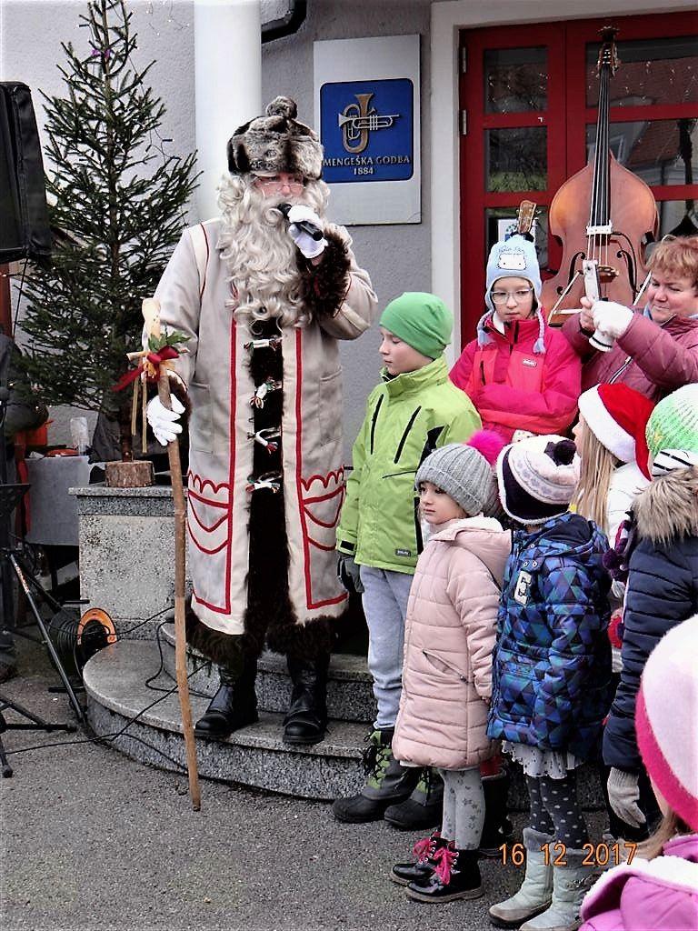 Pred razdelitvijo sladkih dobrot je dedek Mraz spregovoril o vrednotah in vrlinah.