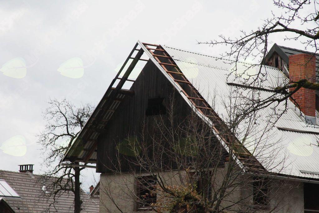 Poškodovana streha (avtor fotografije Stane Klemenc)