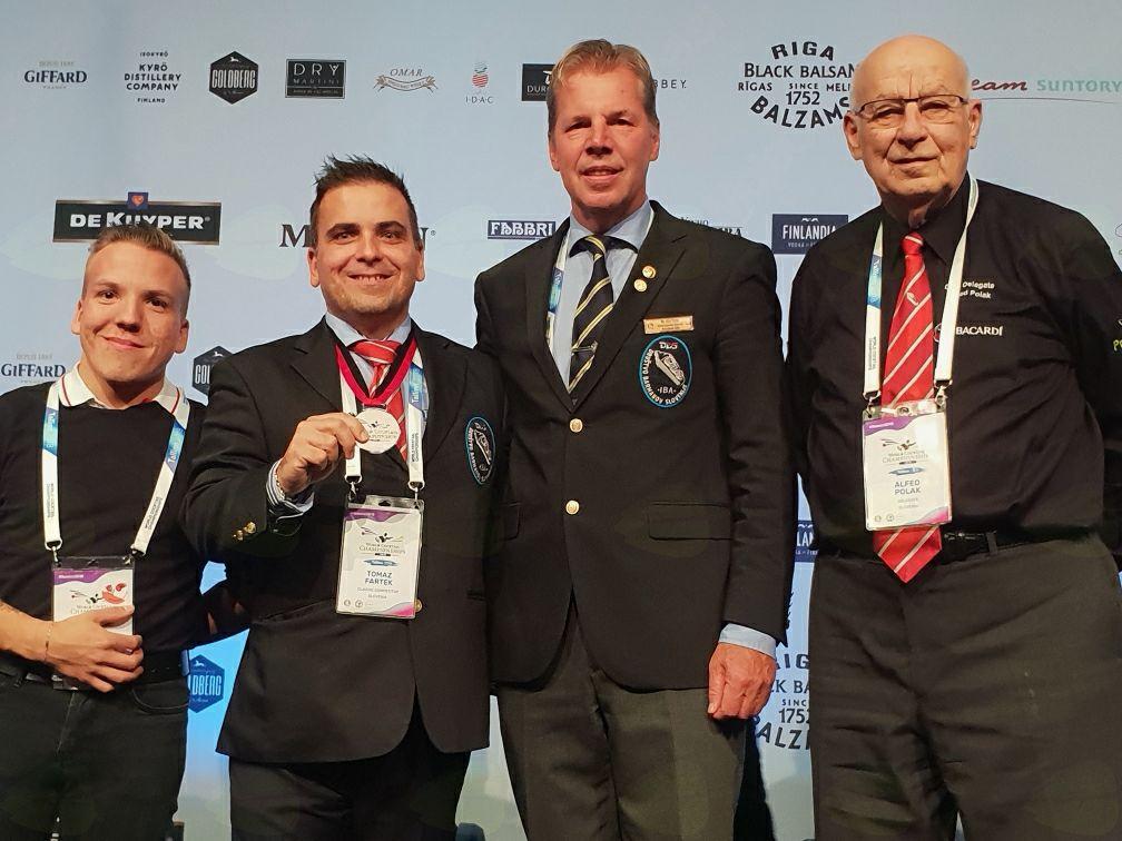 Slovenska barmanska delegacija po prejemu medalje