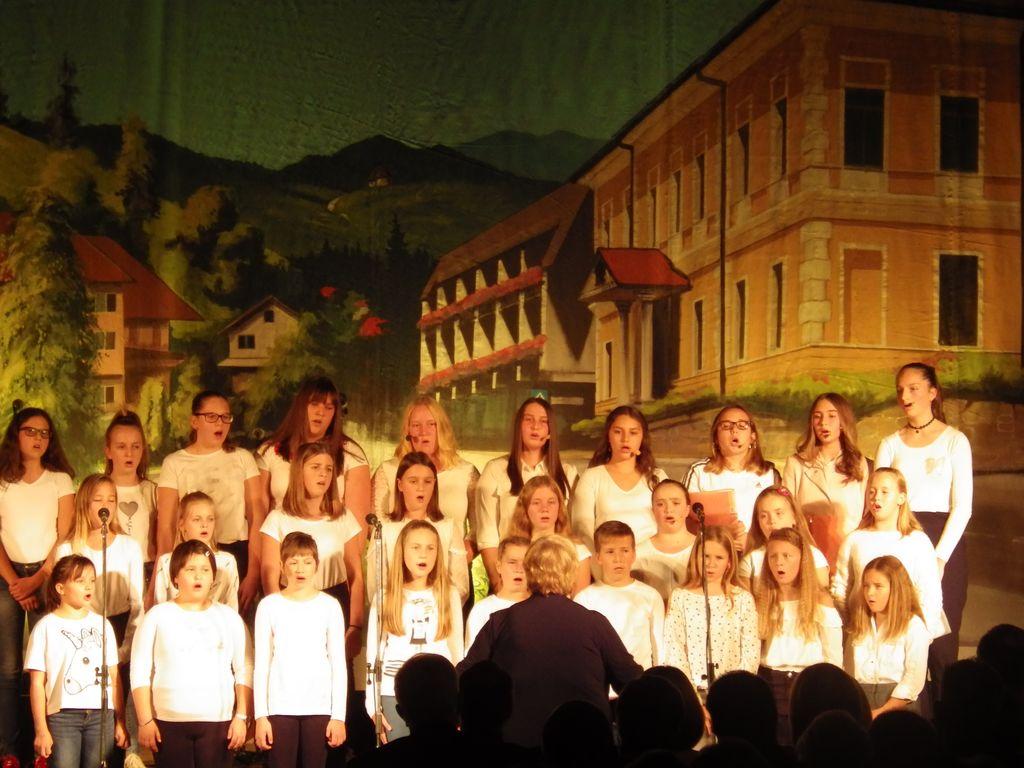 Nastop mladinskega pevskega zbora OŠ dr. Antona Debeljaka