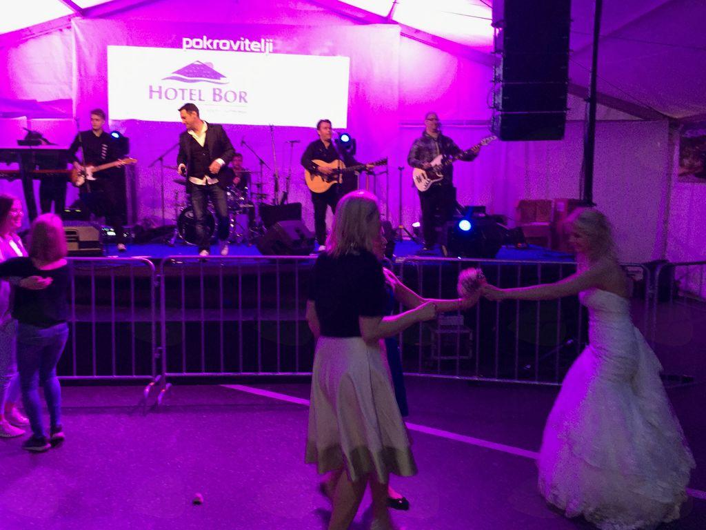 Na glasbo Mojstrov je zaplesala tudi nevesta (foto Media  butik)