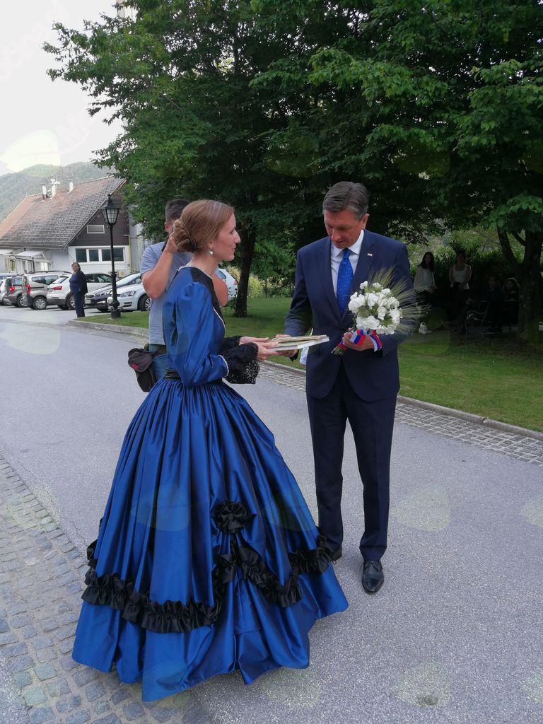 ddr. Mira Delavec Touhami je predsedniku RS Borutu Pahorju izročila zbornik (foto Media butik)