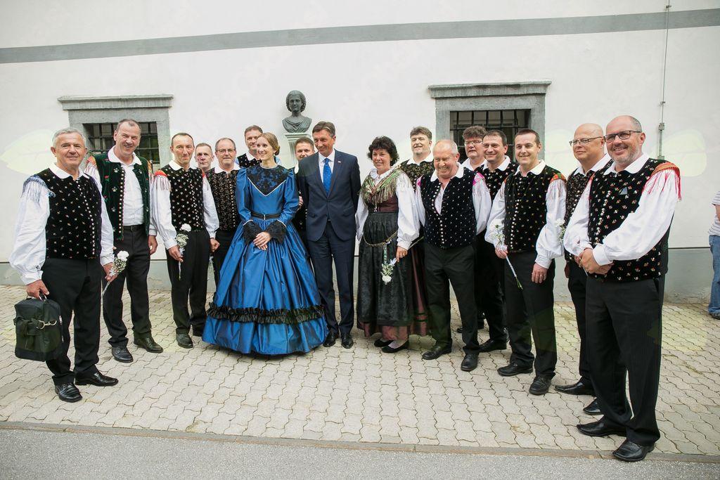 ddr. Mira Delavec Touhami, predsednik RS Borut Pahor in Vokalna skupina Kokrčan (foto Tadej Majhenič)