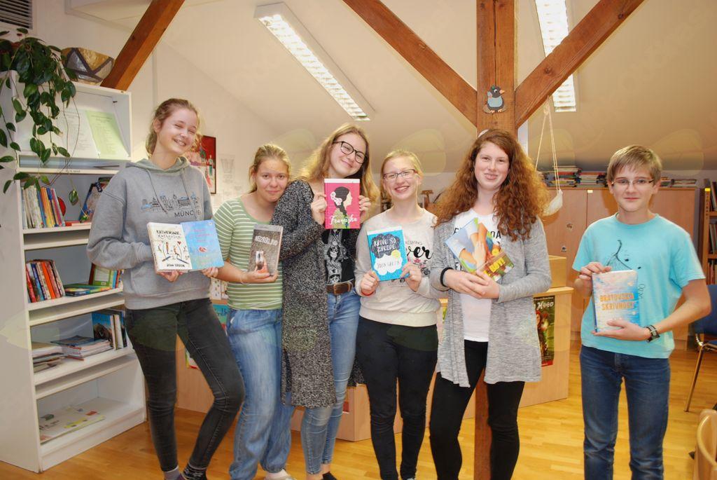 Učenci z veseljem posegajo po sodobnih in kvalitetnih knjižnih svetovih.