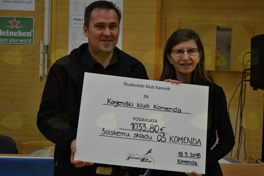 Predsednik UO ŠS Franc Marolt in ravnateljica Mira Rek simbolično prevzemata zbrana sredstva