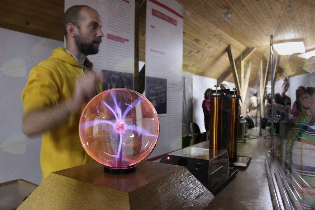 Ukročena elektrika, predstavitev poskusov Nikole Tesle
