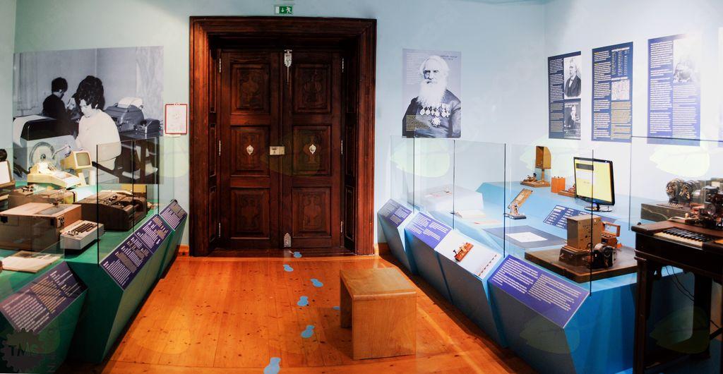 Voden ogled muzejskih zbirk v Muzeju pošte in telekomunikacij
