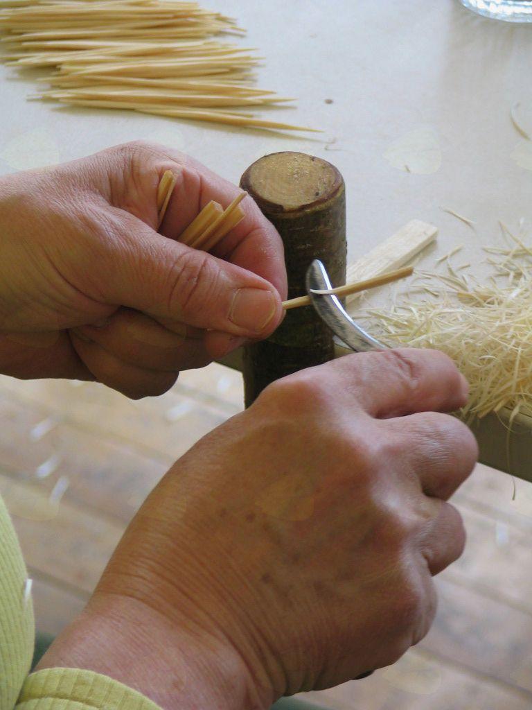 Prikaz pletenja košar in izdelave zobotrebcev