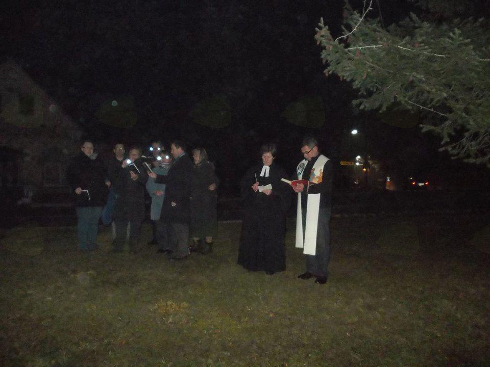 Prižiganje adventnih lučk na smreki pri osnovni šoli v  Gornjih Petrovcih