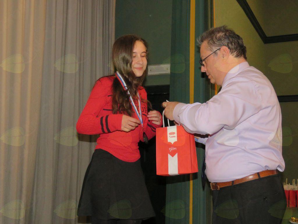 Klara Vidmar prejema medaljo