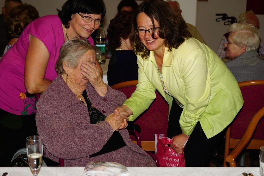 ga. Marta Prašnikar je prejela darilo za najstarejšo krajanko