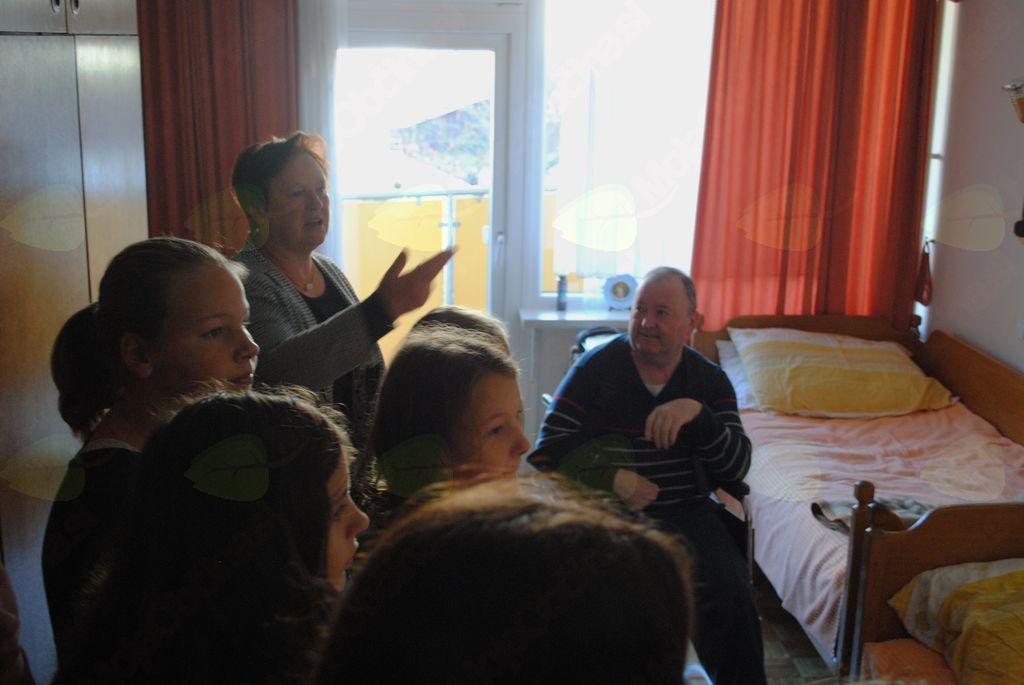 Obisk mladih novinarjev OŠ Sevnica v Domu upokojencev Sevnica