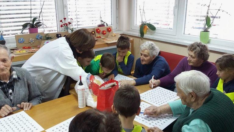 Učenci 1. a OŠ Sevnica na obisku v Domu upokojencev Sevnica