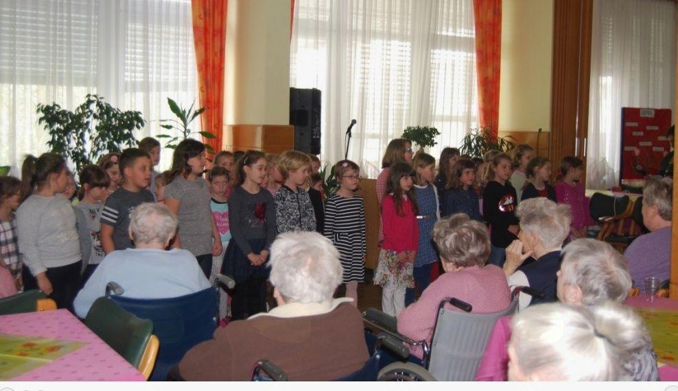V domu upokojencev Sevnica so pozdravili pomlad skupaj z učenci OŠ Sevnica