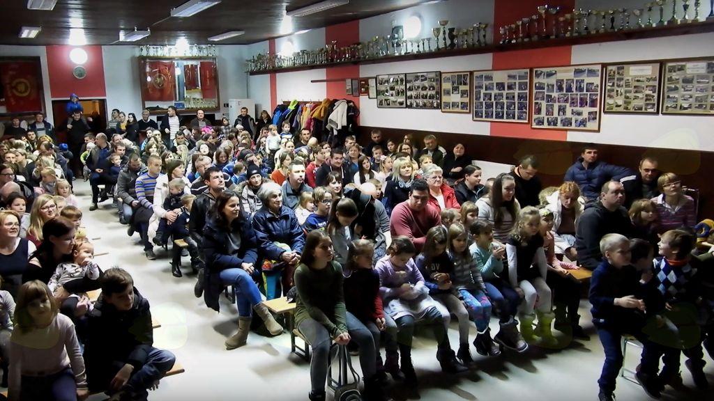 Polna dvorana otrok in njihovih steršev