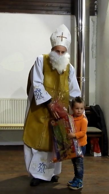 Sveti Miklavž deli darila