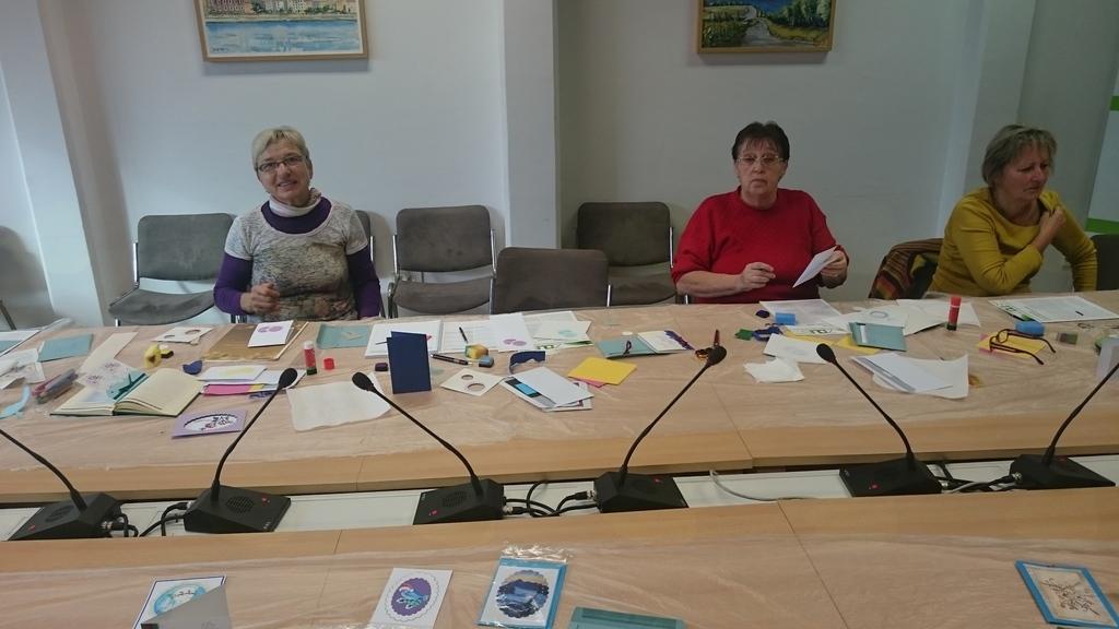 Amalija in Ivanka pri izdelavi voščilnic na Kebetovi v Ljubljani