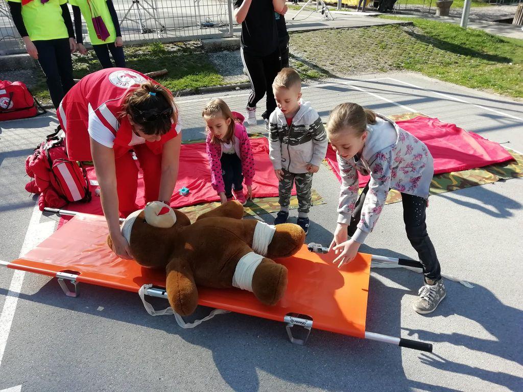 Otroci pomagajo medvedku