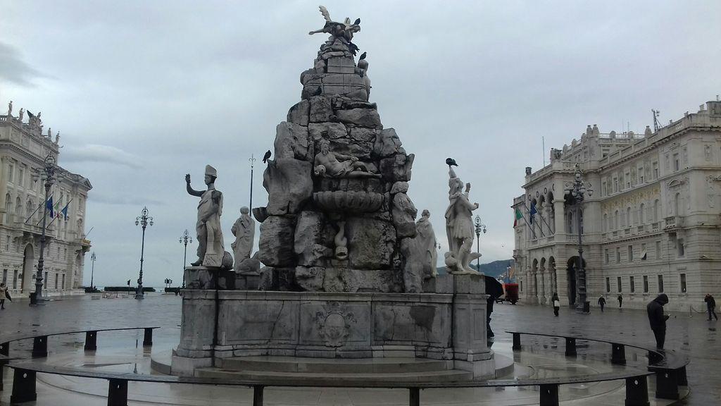 Glavni trg v Trstu s fontano štirih celin