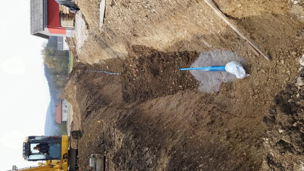 Vzporedno s primarnim vodovodom je bil zgrajen tudi 250 m dolg vod za fekalno kanalizacijo