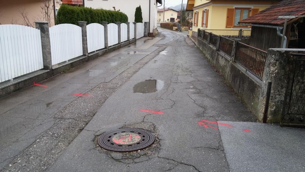 100 m dolg odsek Ropretove ceste, kjer bo v novembru in decembru potekala sanacija obstoječe komunalne infrastrukture
