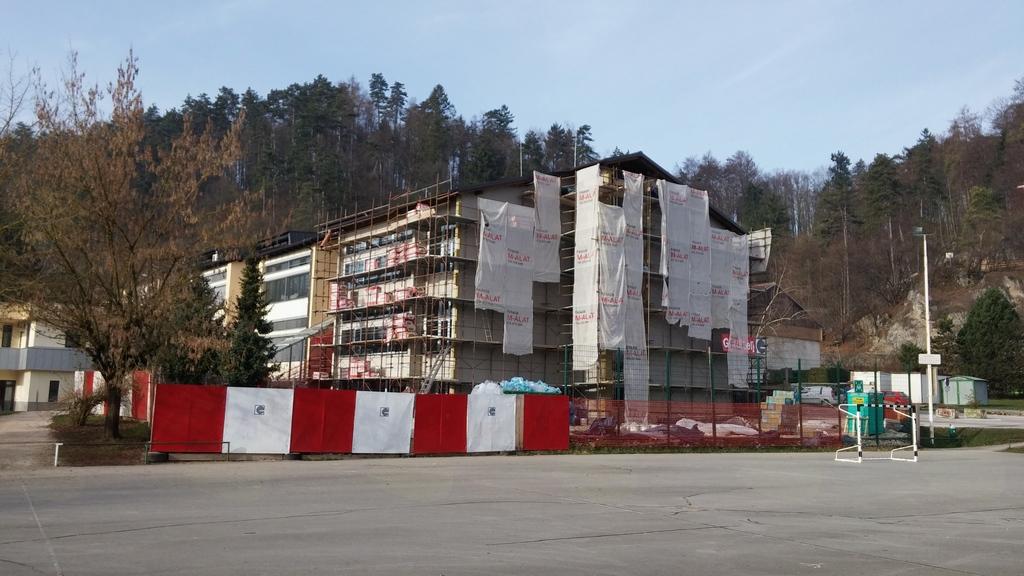 Zaključna zunanja gradbena dela na vzhodnem prizidku OŠ Mengeš - pogled s športne