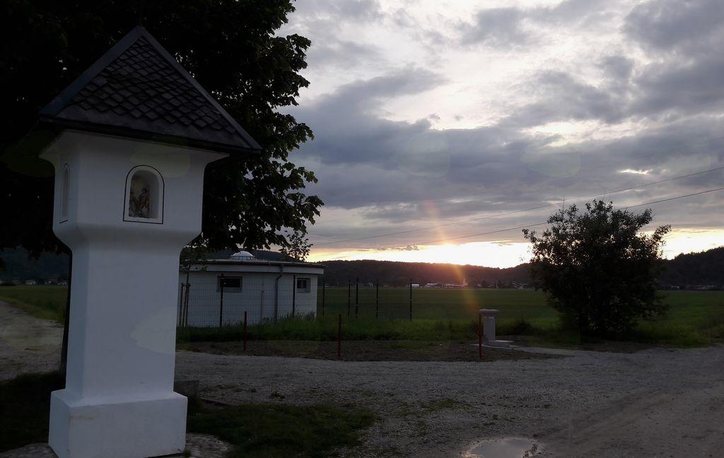 Nov pitnik ob Dimičevem znamenju, na polju pred vstopom v drevored Lipce