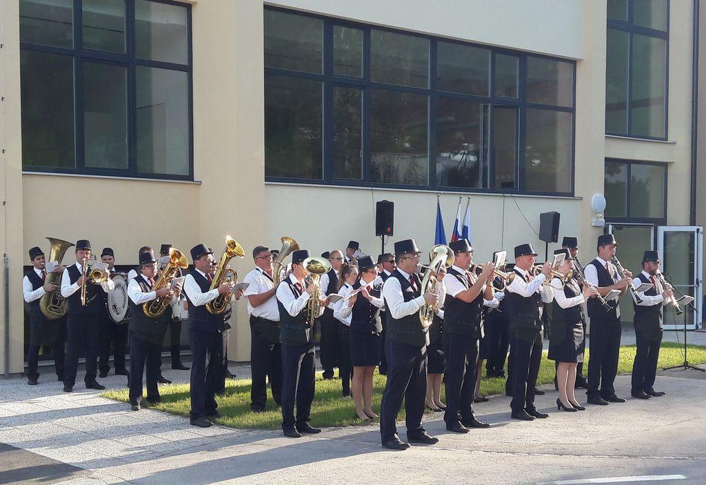 Otvoritev vzhodnega prizidka Osnovne šole Mengeš se je začel z glasbenim nastopom Mengeške godbe