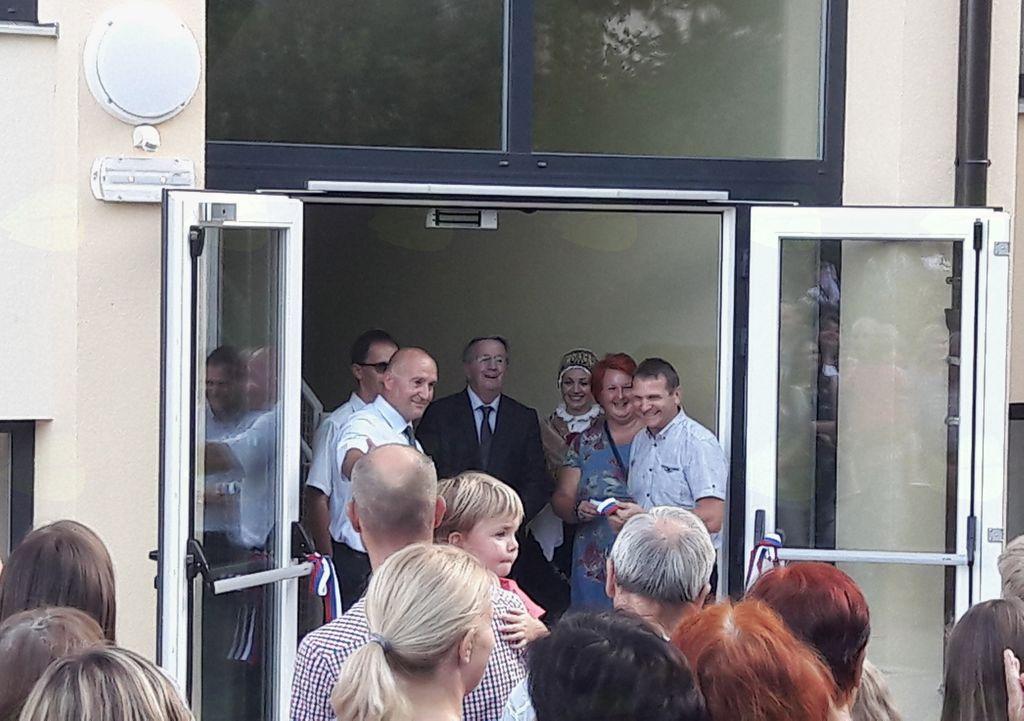 Rezanje traku na otvoritvi vzhodnega prizidka OŠ Mengeš