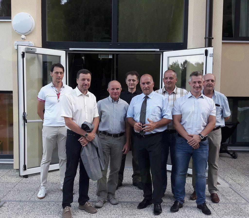 Predstavniki podjetij, ki so zagotovili kvalitetno in pravočasno izgradnjo vzhodnega prizidka OŠ Mengeš