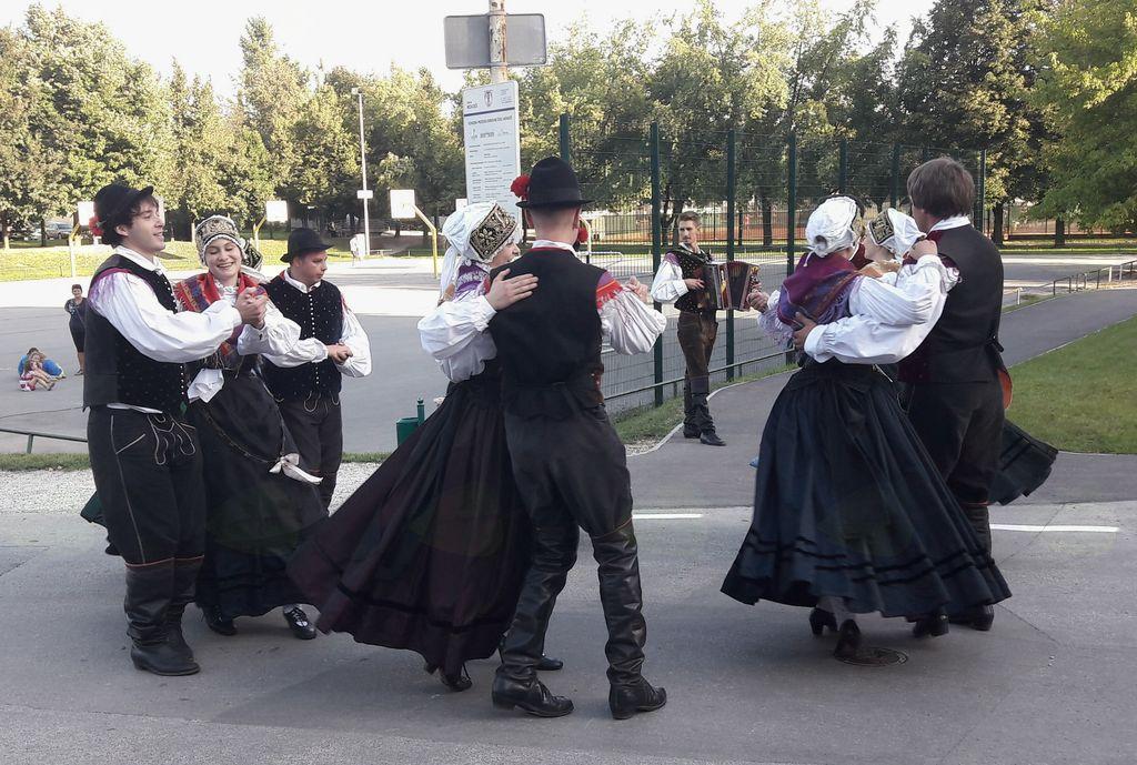 Otvoritev vzhodnega prizidka Osnovne šole Mengeš je obogatil simpatičen nastop folklorne skupine