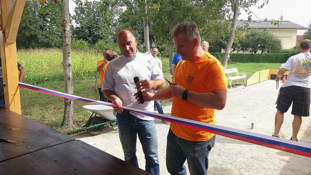 Franc Jerič. župan Občine Mengeš in Matjaž Anžlovar, predsednik Športnega društva Mengeš sta prerezala slavnostni trak za otvoritev prostora za metanje podkev
