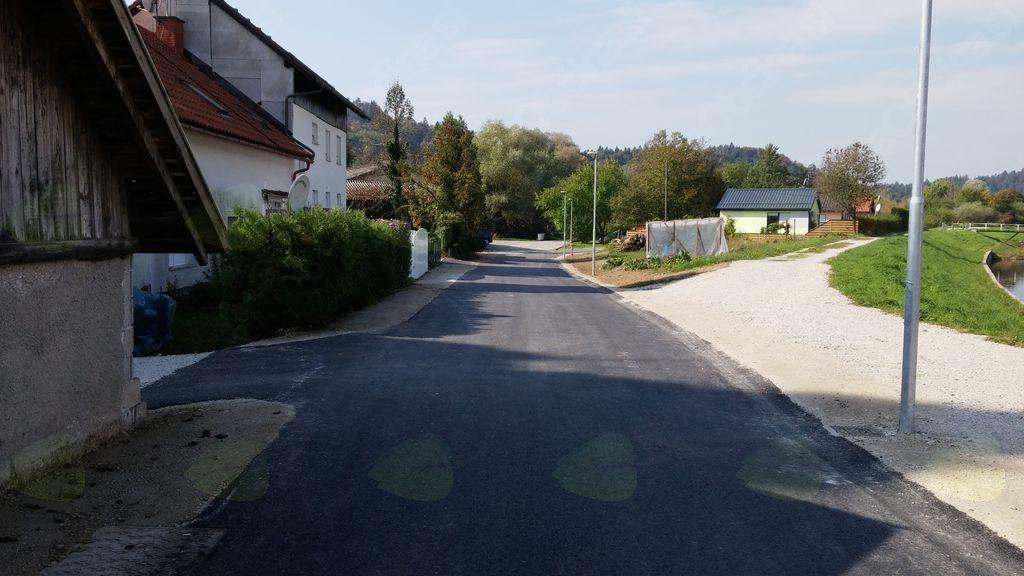 Pogled na obnovljen in novo izgrajen del Prešernove ceste proti sprehajalni poti ob Pšati
