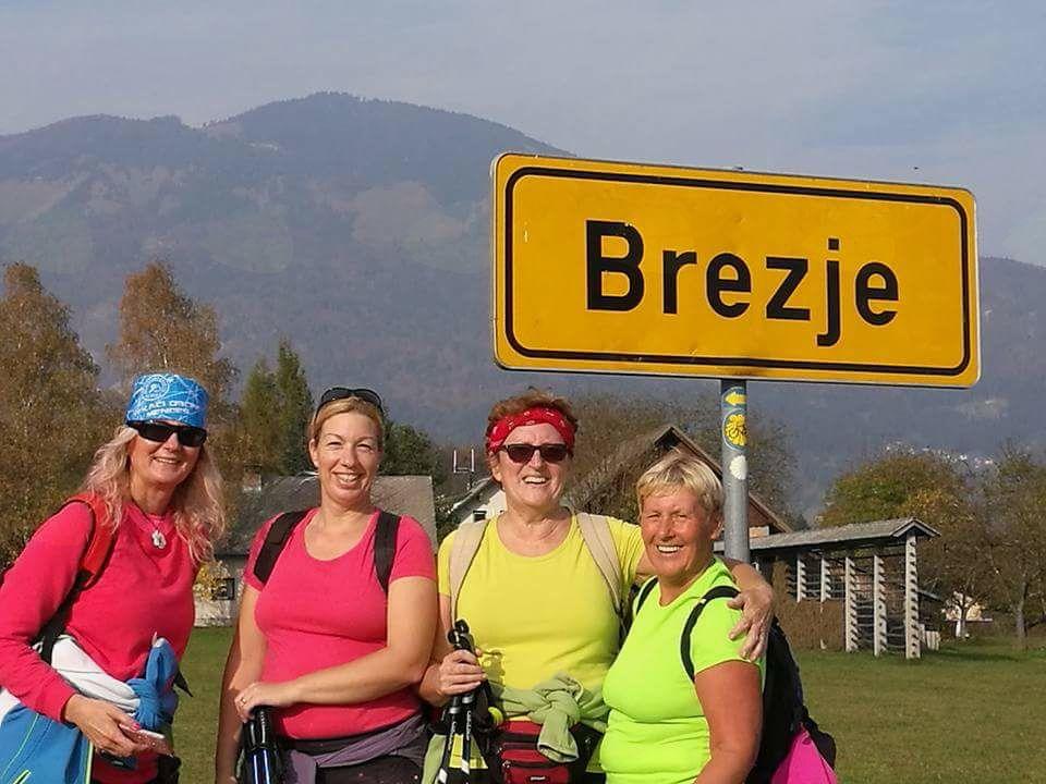 Prihod članic FB skupine Mengeška 100krat na Brezje, ki so pohod začele pohod pred OŠ Mengeš nadaljevale mimo skakalnic in Topol v Moste pri Komendi, ob glavni cesti do Kranja ter Nakla vse do Brezij