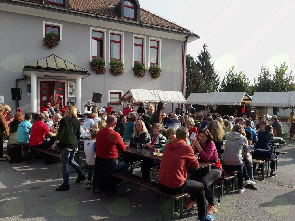Število obiskovalcev je bilo močno nad pričakovanji, mize in klopce so bile polne vse dokler se niso zaprli lonci