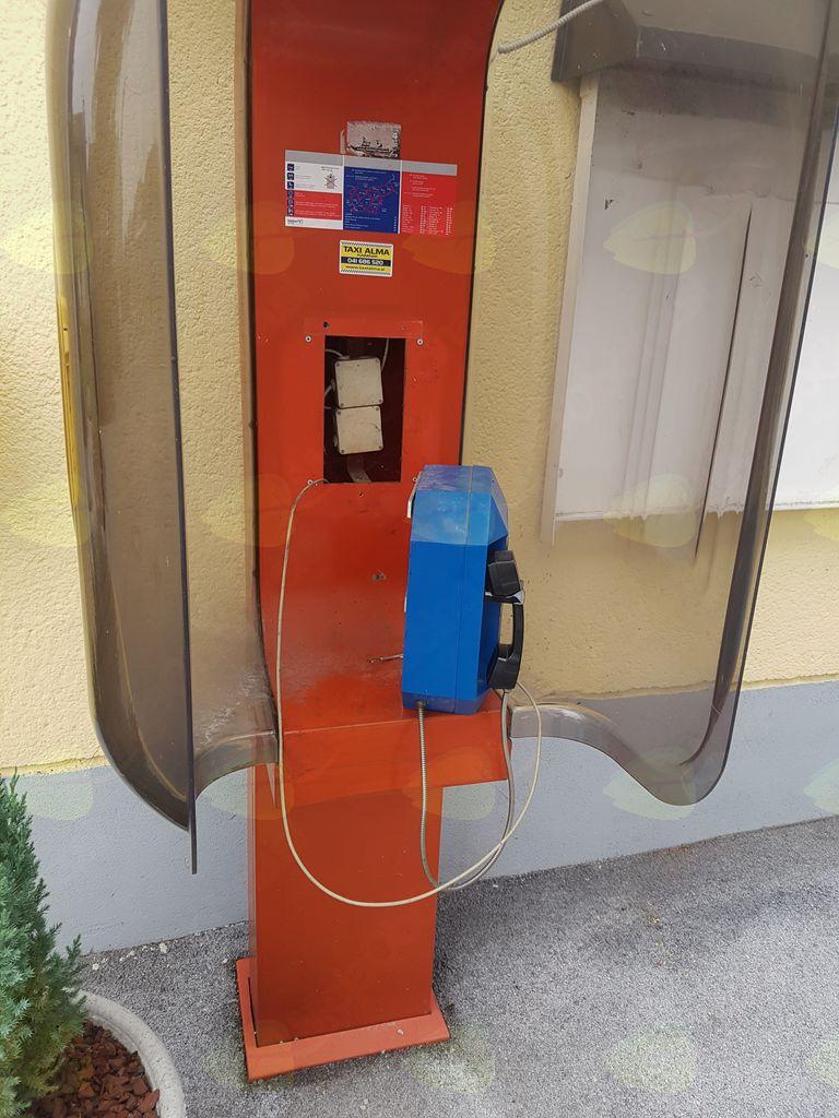 Poškodovana telefonska govorilnica na Kulturnem domu Mengeš