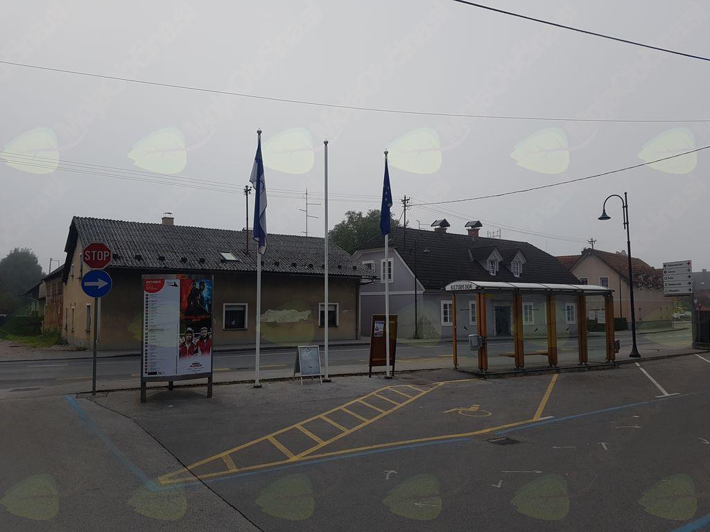 Ukradena slovenska zastava pred upravno stavbo Občine Mengeš