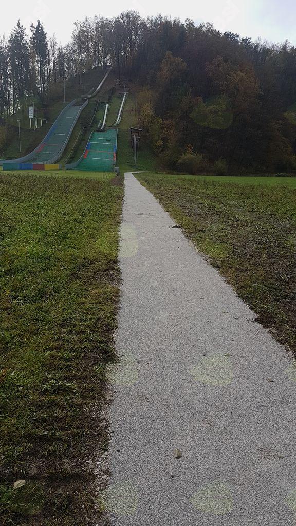 Občina Mengeš uredila pešpot do spomenika talcem na Zalokah