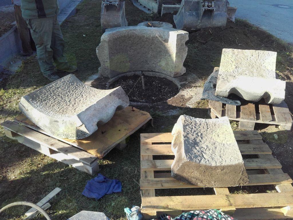 Med sanacijo kamnitega dela vodnjaka v Loki pri Mengšu se je urejala tudi okolica