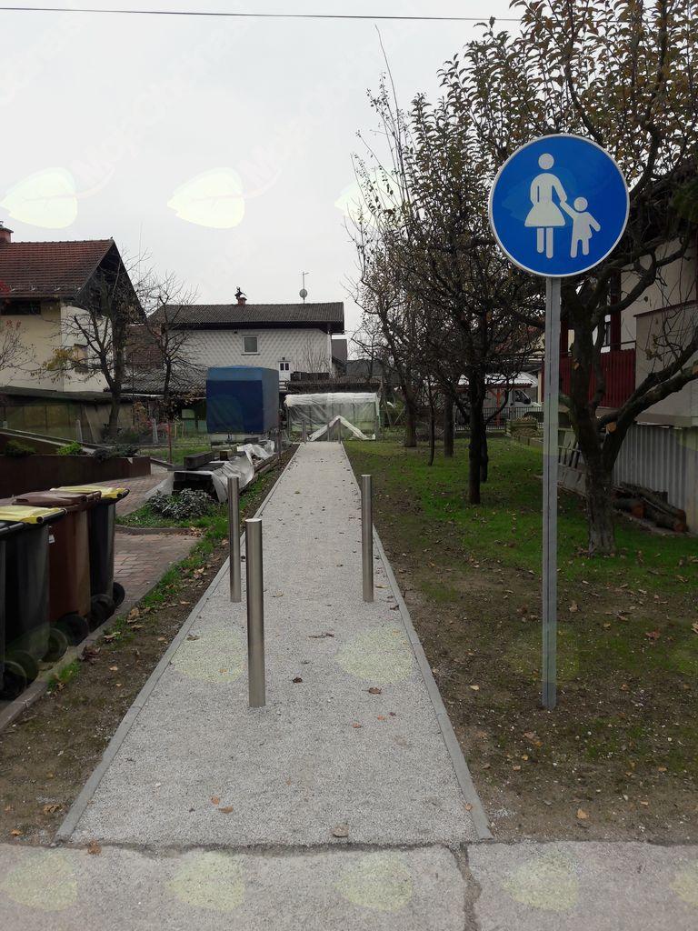 Vstop na pešpot iz igrišča na Hribarjevi ulici