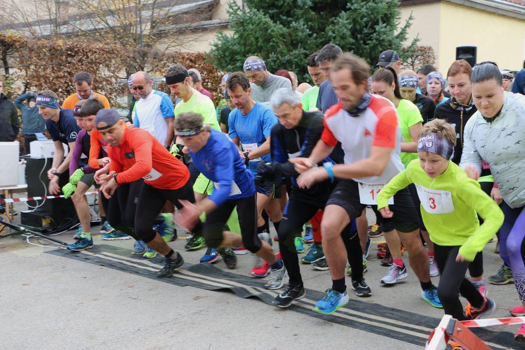 Več kot 200 tekačev po mengeških ulicah