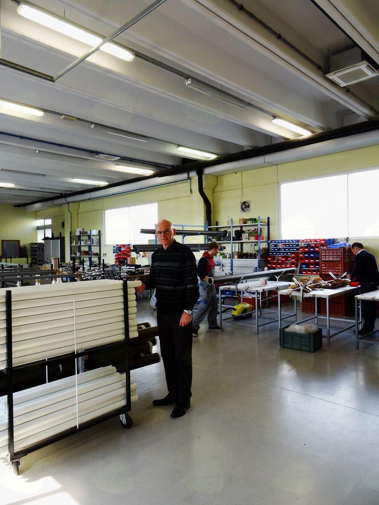 Miran Kozjek, direktor podjetja Trival antene, v proizvodni hali v Občini Mengeš