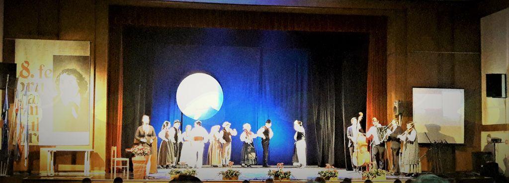 Med recitalom besedil Ivana Cankarja so bili na odru člani Folklorne skupine Mengeš