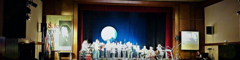 Orkester Mihaelove strunce je zaigral slovensko himno in pesem Slovenija, od kod lepote tvoje