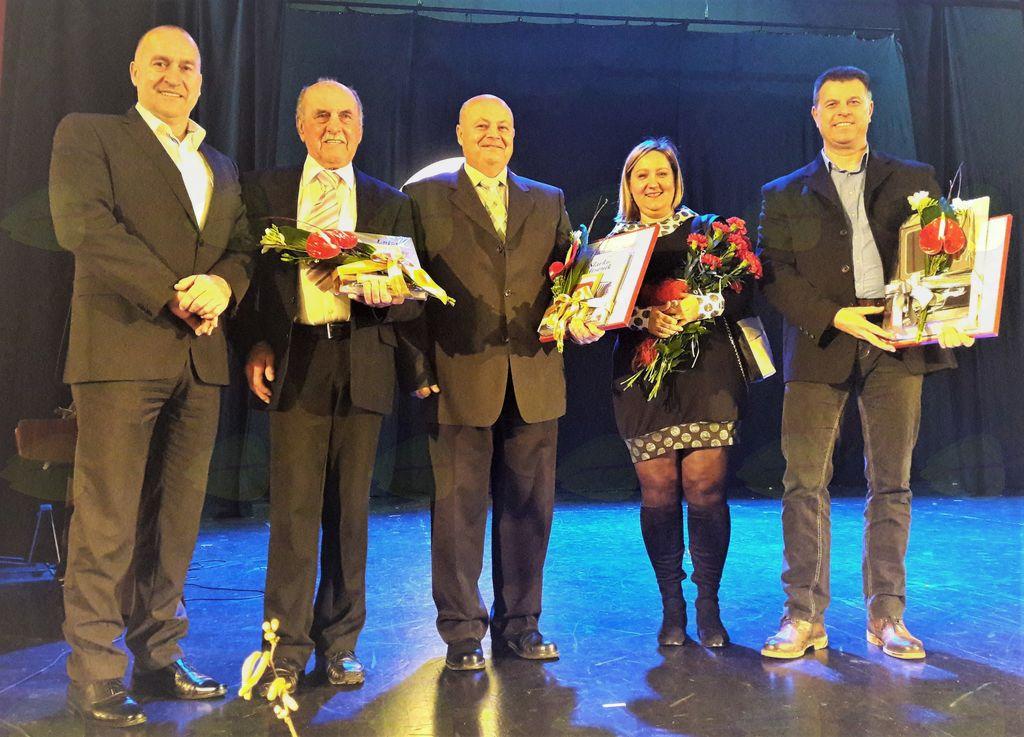 Skupinska slika nagrajencev, Matjaža Loboda, Andreja Levca in Vinka Jagodic z županom Francem Jeričem in predsedniko Zveze kulturnih društev občine Mengeš, Natašo Vrhovnik Jerič